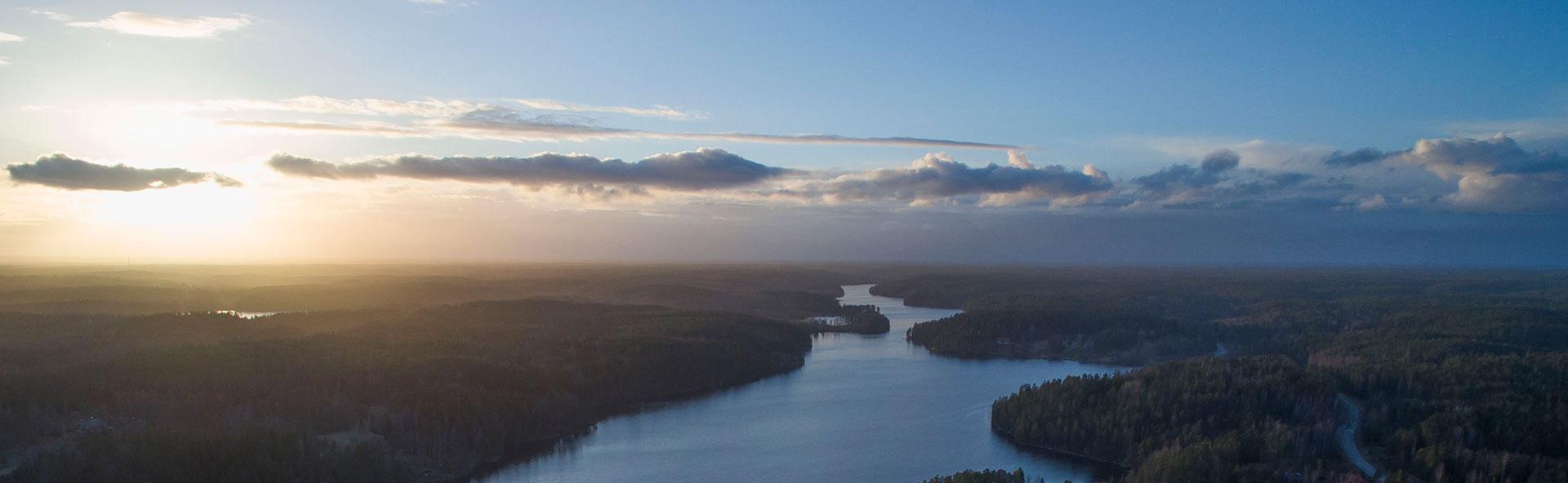 Ylhäältä otettu hämärä ja usvainen kaunis järvimaisema Nuuksiosta.