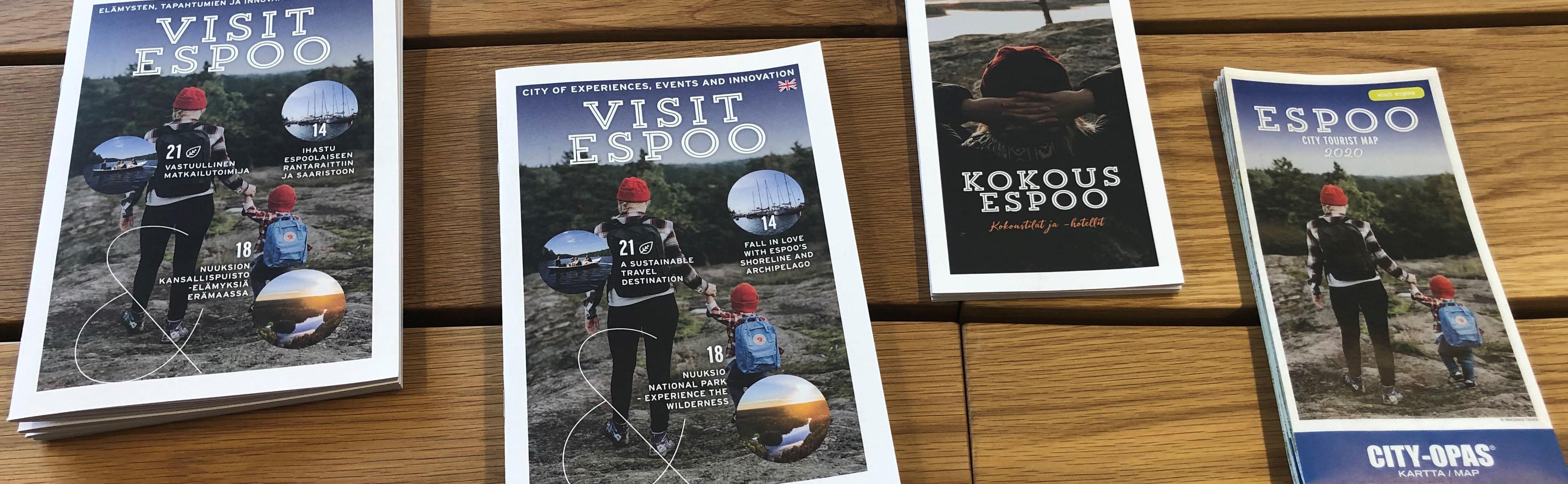Esbo broschyrer och kartor på bordet.