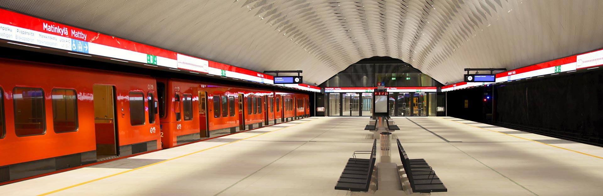 En tunnelbana vid Mattbys metrostation.