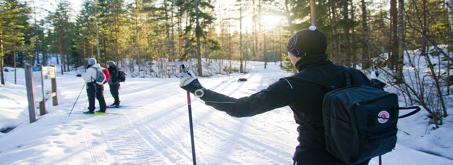 Ihmiset hiihtämässä Oittaan Pirttimäen hiihtoladulla
