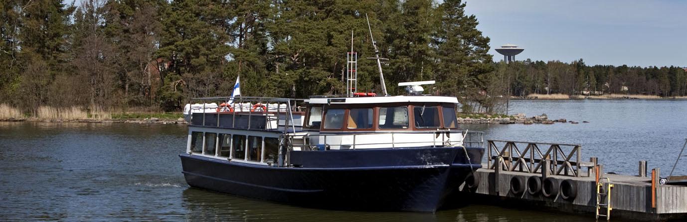 Skärgårdsbåten förtöjd vid piren