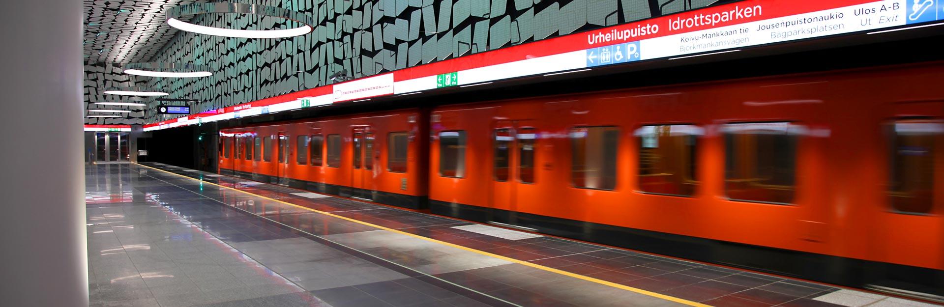 En tunnelbana vid Indrottsparkens metrostation.